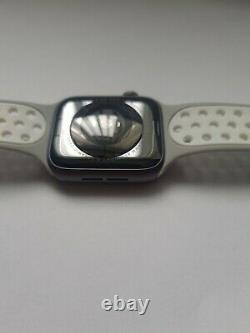 Apple Watch Series 4 44 mm Space Grey Aluminum Case with grey/white band (GPS)